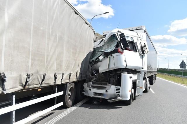 Do zderzenia dwóch samochodów ciężarowych doszło w czwartek, 21 maja na drodze S5 pod Lesznem. Ruch jest całkowicie zablokowany.Przejdź do następnego zdjęcia -------->