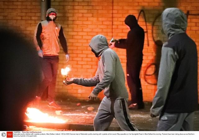 Zamieszki w Irlandii Północnej. Uczestnicy protestów uprowadzili, a następnie podpalili autobus. Wśród protestujących są 12-letnie dzieci.