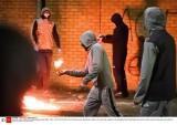 Zamieszki w Irlandii Północnej. Uczestnicy protestów uprowadzili, a następnie podpalili autobus. Wśród protestujących są 12-letnie dzieci