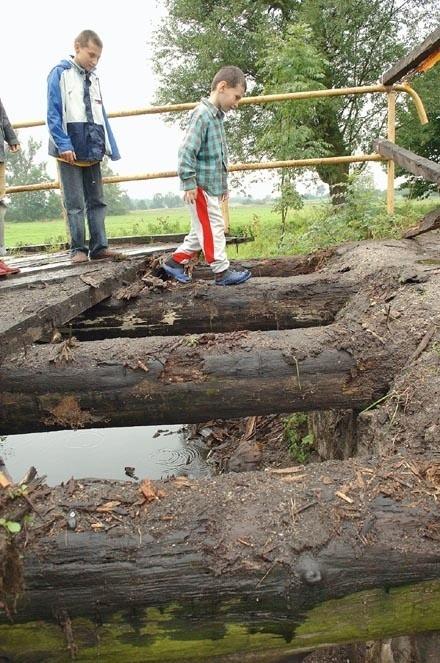 Kilka rodzin w podżagańskiej wsi zostało odciętych od świata. Nie tyle przez strumień, co przez sąsiada, który demontuje most. Przekonuje, że chce tylko go wyremontować. Urzędnicy są zdania, że to kolejna potyczka w trwającej od kilkunastu lat sąsiedzkiej wojnie.