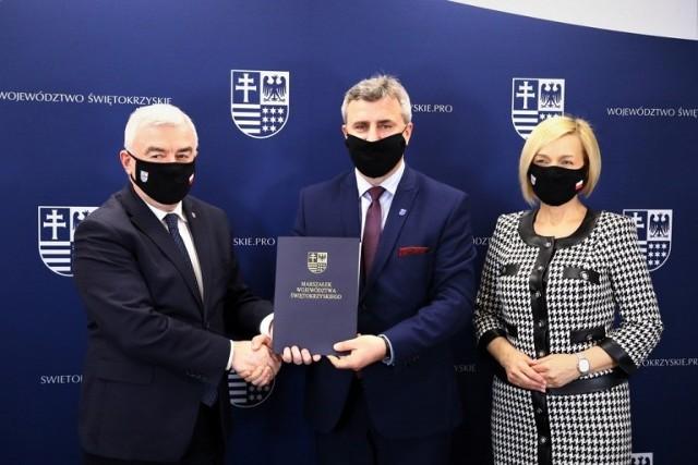 Umowę podpisali w poniedziałek 19 kwietnia marszałek Andrzej Bętkowski, wicemarszałek Renata Janik i burmistrz miasta i gminy Daleszyce Dariusz Meresiński.