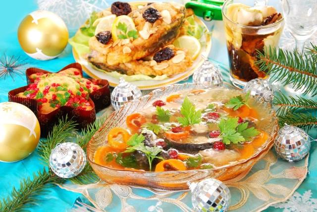 Potrawy wigilijne: 12 tradycyjnych dań na WigilięPotrawy wigilijne: Pomarańczowy karp - PRZEPISSkładniki:1 średni karp (1,2-1,5 kg), 1 pęczek włoszczyzny bez kapusty, 1 duża cebula, sól i biały pieprz, cukier, 1 łyżka żelatyny, sok z 1 pomarańczy, sok z cytryny do smaku, 2 łyżki żurawin lub borówek Sposób przygotowania: Rybę skrobiemy i patroszymy. Dokładnie myjemy i osuszamy wewnątrz i na zewnątrz. Nacieramy solą i drobno zmielonym białym pieprzem. Kroimy rybę na dzwonka. Włoszczyznę oczyszczamy i myjemy. Gotujemy wywar. Po ugotowaniu wywaru, wyjmujemy jarzyny i przecedzamy. Wkładamy do wrzątku pokrojoną rybę i gotujemy na małym ogniu. Jak stanie się miękka – wyjmujemy. Do wywaru dodajemy żurawinę. Zagotowujemy całość. Następnie podgrzewamy sok z pomarańczy, i namoczoną żelatynę, przyprawiamy do smaku. Rybę zalewamy galaretą, ozdabiamy.