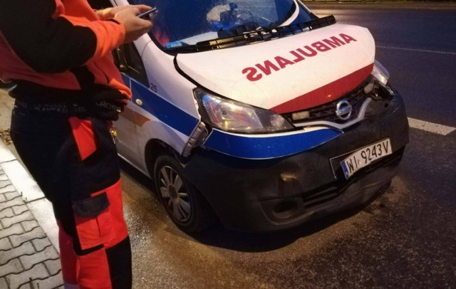 Wypadek ambulansu na skrzyżowaniu al. Włókniarzy i ul. Drewnowskiej
