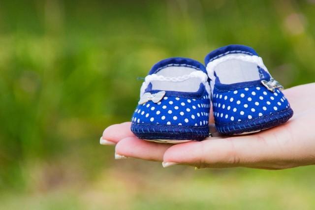 Wszyscy znają klasyczne oznaki ciąży: spóźniający się okres, zawroty głowy i nudności. Tymczasem kobiety we wczesnej fazie tego stanu mogą czasami doświadczać rzadziej występujących i dość specyficznych objawów. Oto lista 8 nieoczywistych symptomów wczesnej ciąży.