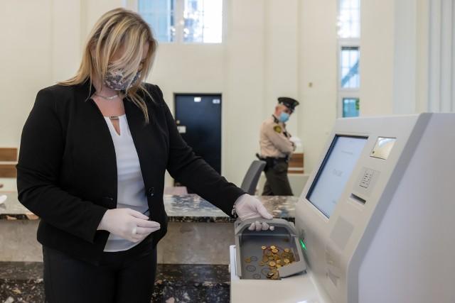 Anna Hybiak, główna  specjalistka Oddział Okręgowego NBP w Bydgoszczy prezentuje urządzenie do zamiany monet