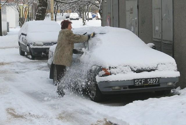 Odśnieżanie samochodu pomagało na krótko. Padało cały dzień i po chwili na aucie robiła się śnieżna czapa.