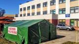 Namiot przed wejściem do brzezińskiego Powiatowego Centrum Zdrowia