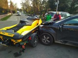 Wypadek mercedesa wiozącego skuter wodny na wrocławskich Krzykach [ZDJĘCIA, FILM]