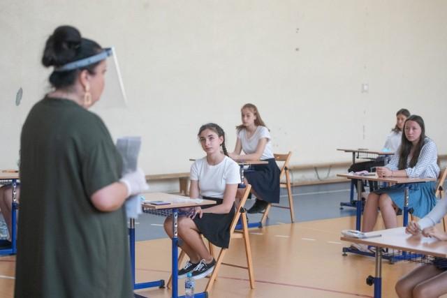 Tegoroczni ósmoklasiści napiszą egzamin w dniach 25-27 maja 2021. Przystąpią do testów z trzech przedmiotów: języka polskiego, matematyki i języka obcego. Egzaminu ósmoklasisty nie można nie zdać, ale jego wyniki są brane pod uwagę przy rekrutacji do szkół ponadpodstawowych