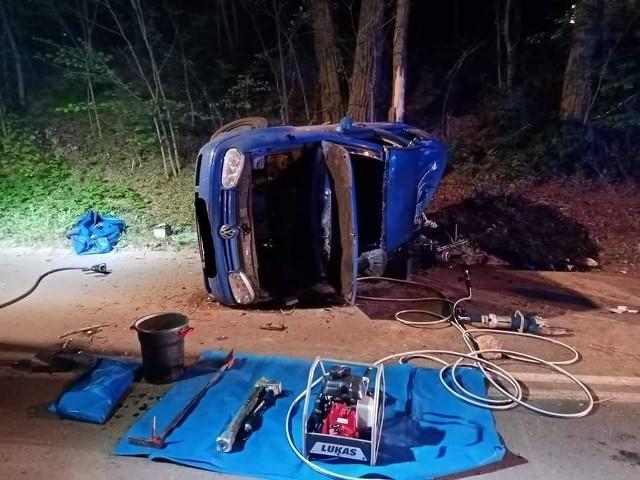 """W nocy z soboty na niedzielę w Czerwonaku dachował samochód osobowy. Strażacy z OSP Czerwonak otrzymali zgłoszenie o zdarzeniu o godz. 1.23. Ze wstępnych ustaleń wynika, że osobówka dachowała po uderzeniu w drzewo.W środku pojazdu znajdowało się pięć osób. Dwie z nich po wypadku zostały uwięzione w aucie. Musieli je uwalniać strażacy. Do szpitala przewieziono dwie ranne osoby.Jak informują policjanci, vw golfem kierował 31-letni Ukrainiec. - Mężczyzna, obywatel Ukrainy, na prostym odcinku stracił panowanie nad samochodem. Najprawdopodobniej przekroczył dozwoloną prędkość, uderzył w drzewo i """"koziołkował"""" - mówi Iwona Liszczyńska z biura prasowego wielkopolskiej policji.I dodaje: - Kierowca przewoził czterech pasażerów, również obywateli Ukrainy. W wyniku wypadku dwóch z nich trafiło do szpitala. Pozostałej dwójce i kierowcy nic się nie stało. Okazało się, że kierowca był nietrzeźwy. Miał prawie promil alkoholu w organizmie.Kierowca został zatrzymany, obecnie przebywa na komisariacie Poznań-Stare Miasto. Jeden z rannych trafił do szpitala przy ul. Lutyckiej w Poznaniu. - Jest w stanie nie zagrażającym życiu, choć mocno poobijany - mówi Konrad Napierała, rzecznik placówki.Przejdź dalej --->"""
