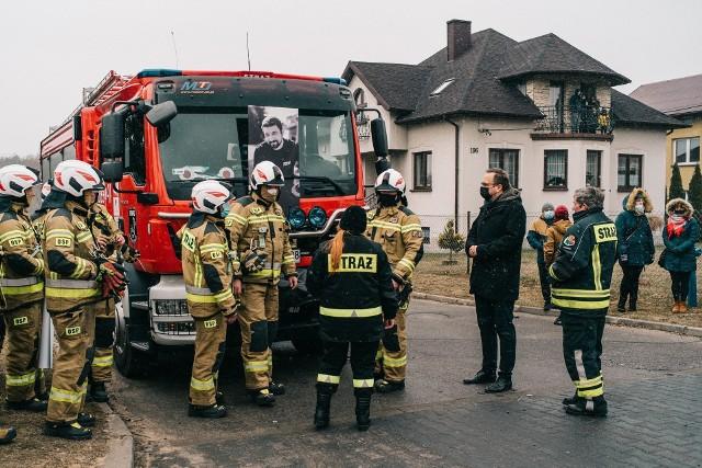 Uroczyste pożegnanie Michała Mikody. Zmarł w tragicznym wypadku 19 marca. Żegnało go blisko 100 zastępów straży pożarnej.