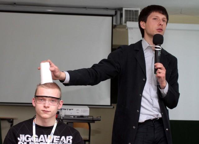 Podczas seminarium o poszanowaniu energii uczestnicy mieli ciekawe pokazy, jak choćby o podciśnieniu w kubku, równoważącym siłę przyciągania ziemskiego. Woda w kubku się nie wylewała.