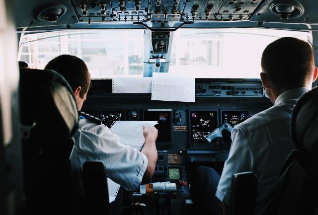Zarobki pilotów to temat, o którym rozmawia się przy stole, na prywatce i w pubie. Podawane z ust do ust kwoty rzekomych zarobków pilotów bywają kosmiczne, a to wyobrażenia o charakterze i obowiązkach pracy, dość bajeczne. Ile naprawdę zarabiają piloci? Sprawdzamy!