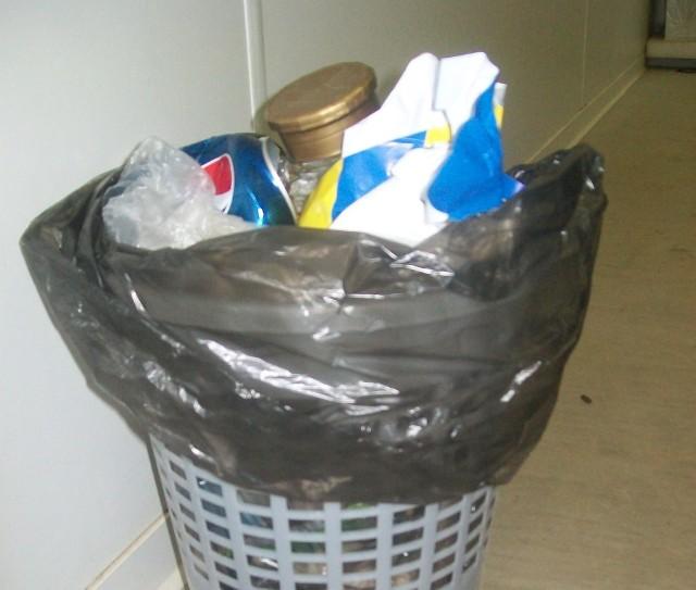 """W jednym pojemniku są: papier, plastik, szkło, puszki i odpady biodegradowalne""""Ekologiczny koszmarek"""" - w jednym pojemniku papier, plastik, szkło, puszki i odpady biodegradowalne"""
