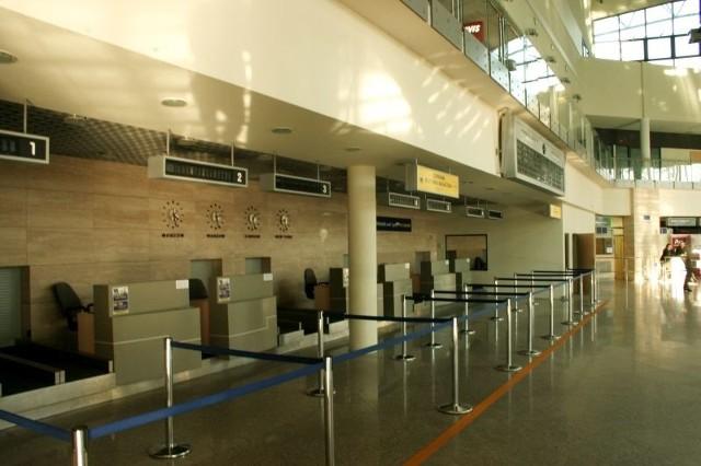 Terminal ma ok. 7 tys. mkw. Jest tu 7 stanowisk do odpraw oraz 2 wyjścia (jedno w ruchu międzynarodowym, drugie lokalne).
