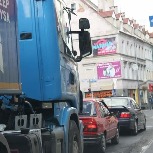 Kierowcy przejeżdżający od wczoraj przez Brzeg muszą się uzbroić w cierpliwość.