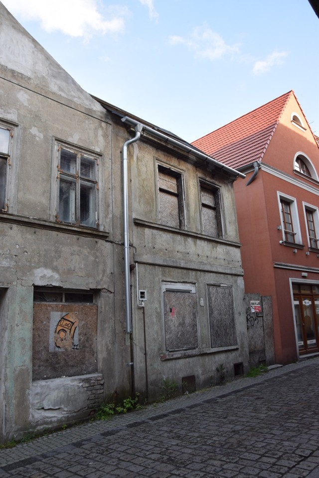 W ostatnich latach udało się wyburzyć np. pustostan przy ul. Sowińskiego. Podobne zaniedbane budynki znajdują się tuż przy rynku, przy ul. Masarskiej.