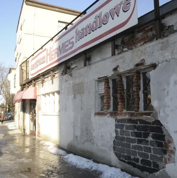 """Budynek Centrum Handlowego """"Hermes"""" w Opolu niszczeje już od dłuższego czasu."""