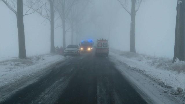 Na drodze powiatowej panowały trudne warunki. Było ślisko i była mgła.
