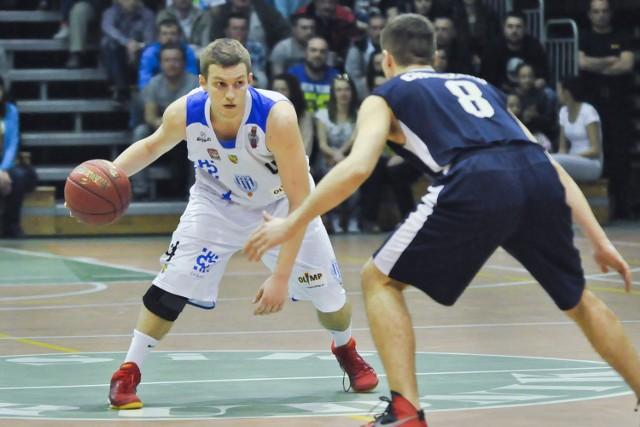 Rozgrywający Krzysztof Chmielarz (z piłką) był w minionym sezonie mocnym punktem prudnickiej drużyny. Kibice Pogoni wierzą, że w najbliższych rozgrywkach będzie tak samo.