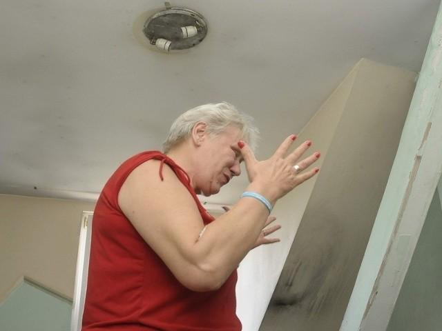 Rok temu, w sierpniu, ze względów bezpieczeństwa, wyłączono prąd w jej mieszkaniu prawie wszędzie. Tylko w przedpokoju jest światło.