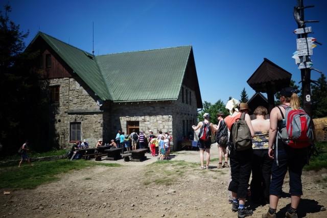 KlimczokNiebieski szlak z centrum Szczyrku do Schroniska PTTK na Klimczoku ma około pięciu kilometrów. Na miejscu możemy spróbować bardzo dobrej domowej kuchni. Z Klimczoka rozpościera się widok m.in. na Żywiec, a przy dobrej pogodzie widać nawet Tatry.