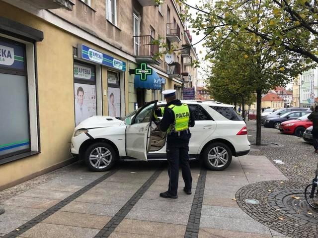 Białystok. Wypadek na ul. Suraskiej. Mercedes uderzył w ścianę apteki. Poszkodowana pasażerka