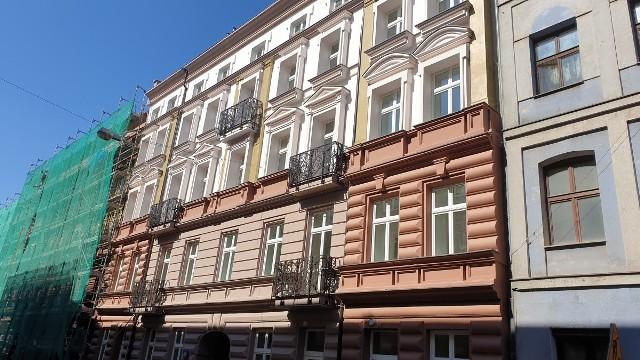 Ul. Włókiennicza 16. Front domy wzbogacono o nowe detale, do użytku przywrócono też balkony z ozdobnymi balustradami.