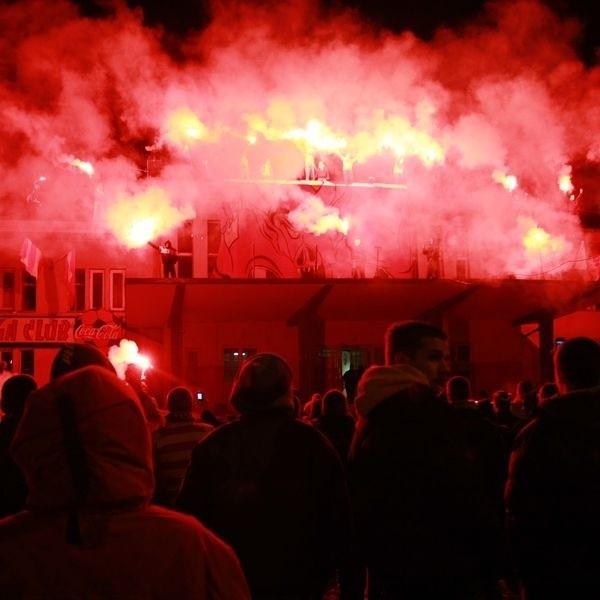 Wieczorem kibice odpalili petardy. Później w niebo wystrzeliły fajerwerki.
