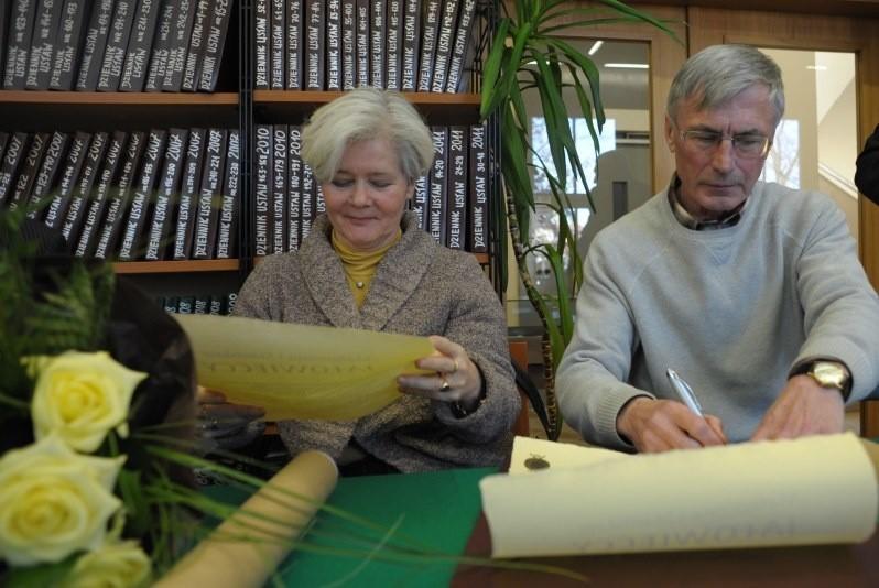 Małgorzata i Stanisław Jałowieccy podpisują akt przekazania księgozbioru WBP w Opolu.