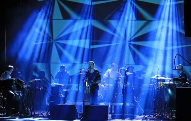 """Blisko 400 fanów Lao Che wysłuchało koncertu zespołu w grudziądzkim teatrze. Grupa promowała swój ubiegłoroczny album """"Dzieciom""""."""