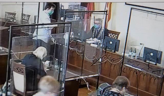 Trwa sesja Rady Miejskiej Inowrocławia. Radni siedzą za parawanami z pleksi
