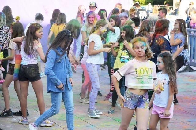 """W sobotę 19 września po raz kolejny do Skarżyska zawitało święto kolorów. Na Placu Staffa przez kilka godzin dzieci i młodzież obrzucały się proszkami holi.W sobotę na Placu Staffa w Skarżysku - Kamiennej odbyła się impreza znana jako """"Święto Kolorów"""". Była to kolejna edycja wydarzenia w naszym mieście. Wzięły w nim udział głównie dzieci i młodzież. Zabawa polega na posypywaniu się różnokolorowymi proszkami holi, które należało kupić na miejscu. Imprezę prowadził didżej, a w wyznaczonym czasie na jego hasło wszyscy wyrzucali w powietrze proszki i robiło się naprawdę kolorowo. Zapraszamy do obejrzenia zdjęć z imprezy>>>"""