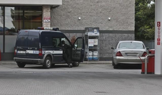 Do kradzieży doszło w środę (10 sierpnia) na stacji benzynowej przy ul. Łużyckiej w Zielonej Górze. Złodzieje okradli właściciela kantoru i uciekli z gotówką.