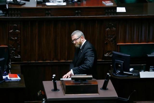 """W połowie września, Braun krzyknął w kierunku siedzącego w ławach rządowych ministra zdrowia Adama Niedzielskiego: """"Będziesz pan wisiał!""""."""