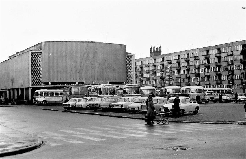 """Wiosna 1973 r., obstawione autokarami kino """"Milenium"""", które..."""
