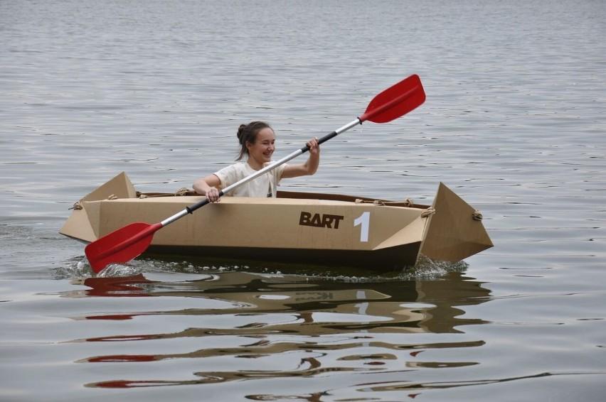 Inwencja przy konstruowaniu tekturowych kajaków nie miała granic, ale nie wszystkie równie długo utrzymały się na wodzie