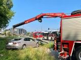 Wypadek w Toruniu: Latarnia w Toruniu przewróciła się na samochód. Zobacz zdjęcia!