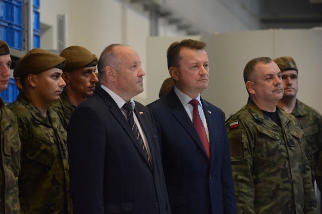 Adam Suliga, prezes Fabryki Broni i minister Mariusz Blaszczak (od lewej na pierwszym planie) w towarzystwie żołnierzy Wojsk Obrony Terytorialnej.