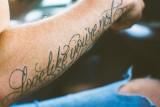 Płakał, jak tatuował - tych sentencji nie chcielibyście mieć na swoim ciele. Najgorsze tatuaże z cytatami. Tych tekstów unikaj!