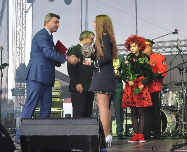 Wokalistka Kornelia Kanclerz odbiera Złotą Wagę w kategorii CzłowiekRoku Junior z rąk burmistrza Daleszyc, Dariusza Meresińskiego.