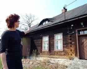 - Trzeba jak najszybciej wyremontować dach - mówi Maria Bednorz. (fot. Radosław Dimitrow)