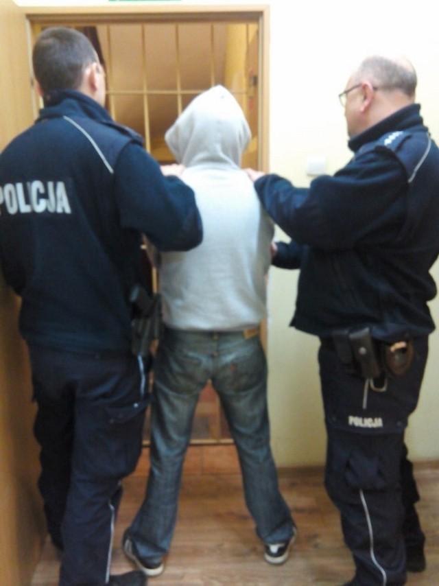 Policjanci zatrzymali podejrzanego mężczyznę. Zebrany materiał dowodowy pozwolił na przedstawienie mu zarzutu kradzieży gotówki. Teraz czeka go proces w sądzie. Grozi mu kara pozbawienia wolności od 3 miesięcy do 5 lat.