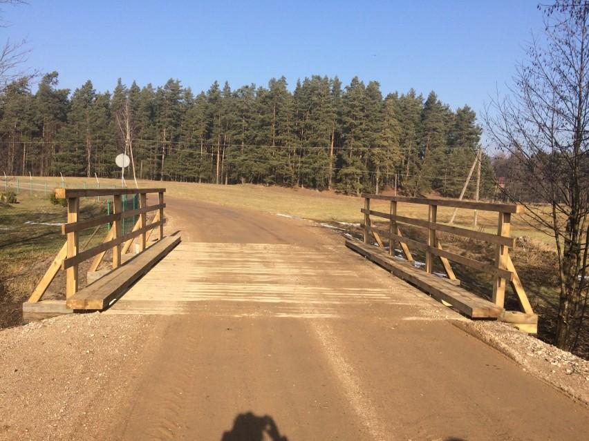 Za remont tego mostu była wójt gminy Nowinka zapłaciła ponad 158 tys. zł mimo, iż wstępny kosztorys wskazywał na 55 tys. zł.