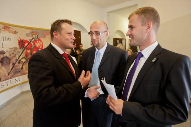 Ekswiceprezydent Zbigniew Rasielewski (w środku) najpierw głosował za eksradnym Jackiem Kowalskim (z prawej) jako kandydatem na pisowskiego wiceprezydenta Torunia, teraz w boju o to stanowisko mocno wsparł radnego Wojciecha Klabuna. Na jego efekt czeka m.in. radny Michał Jakubaszek (z lewej)
