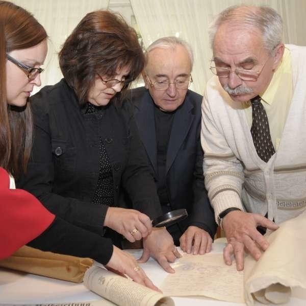W tubie znajdowały się m.in dokumenty i gazety z XIX wieku.