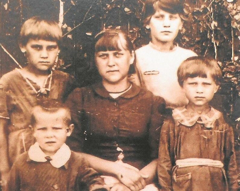 Na zdjęciu : od lewej: Honoratka, Rysia, Irka (siedzi), Heniusia i Lucynka przed budynkiem ochronki polskiej w Małej Minusie, 1942 r.