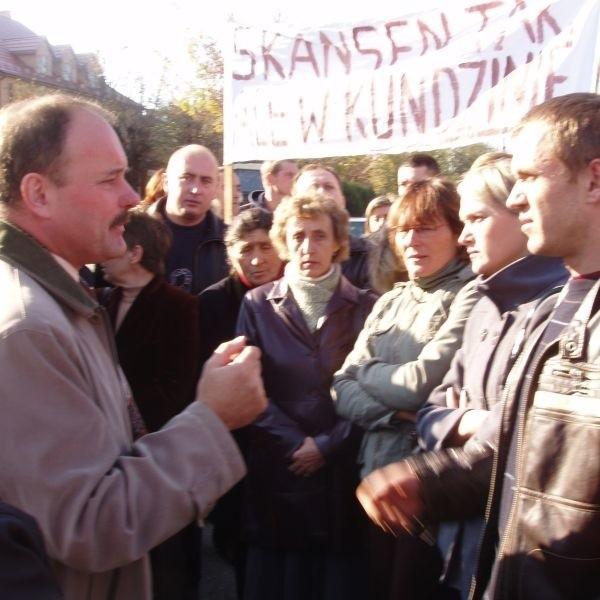 Do zdenerwowanych rolników, którzy zebrali się na placu przed Urzędem Miejskim wyszedł burmistrz Stanisław Małachwiej (z lewej). Przekonywał, że powołanie zespołu nie przyniesie rolnikom żadnych strat.