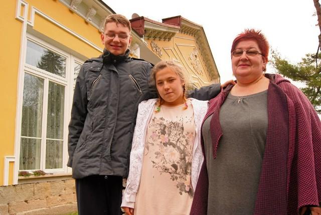 Daniel i Wiktoria z Elżbietą Kocur przed ośrodkiem w Zbylitowskiej Górze. - Moje dzieci przyzwyczaiły się do tego miejsca i je pokochały. Przeprowadzka odbije się niekorzystnie na ich zdrowiu - mówi