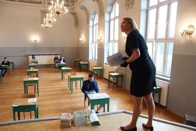 Matura z języka polskiego w stopniu podstawowym w Zespole Szkół Technicznych i Ogólnokształcących nr 4 w Chorzowie. 8 czerwca 2020.Zobacz kolejne zdjęcia. Przesuwaj zdjęcia w prawo - naciśnij strzałkę lub przycisk NASTĘPNE